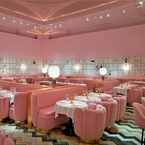 Interior_unic_si_artistic_in_nuante_de_roz_prafuit_intr-un_restaurant_din_Londra. 01